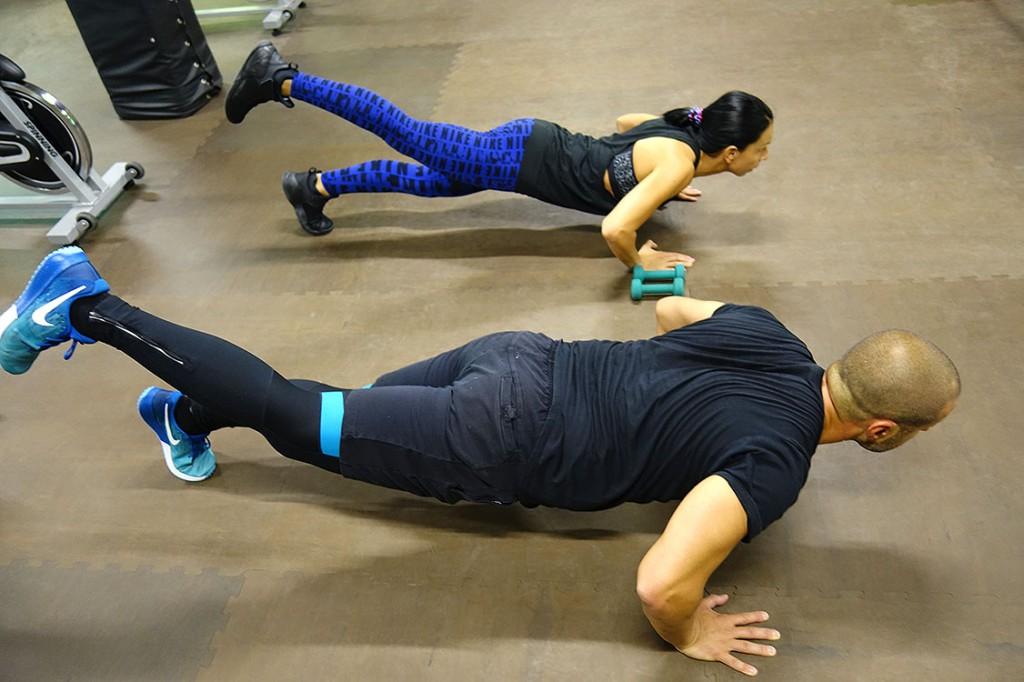Инструктори Мария и Пламен демонстрират HIIT в Тотал Спорт